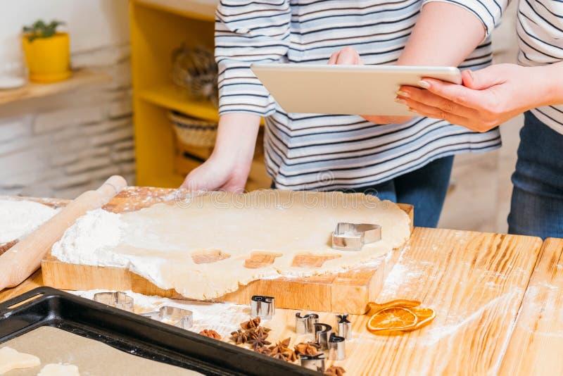 Pasteles de la comida de la panadería que cocinan receta de la tableta de las mujeres fotografía de archivo libre de regalías