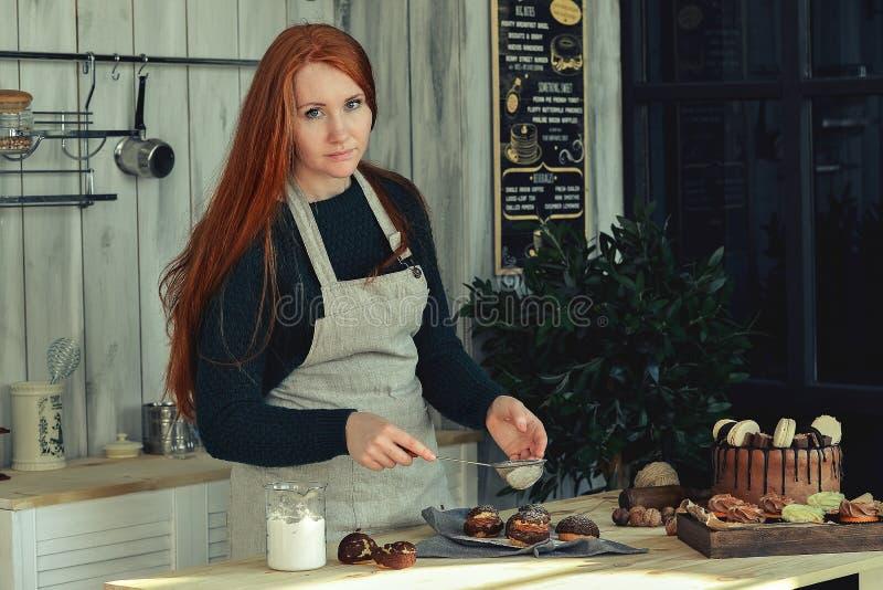 Pasteles de la mujer en la cocina fotografía de archivo libre de regalías