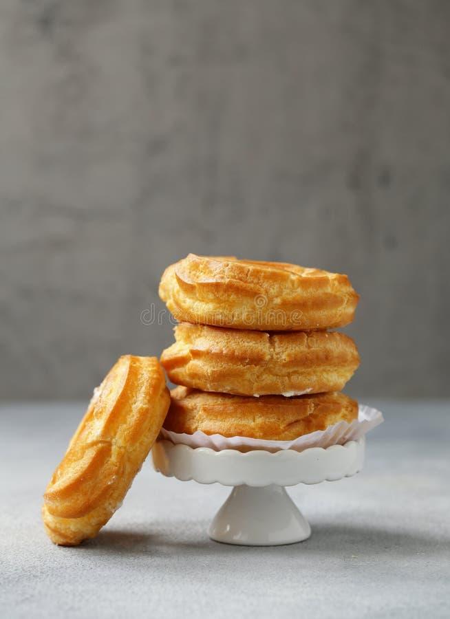Pasteles de los choux de los Eclairs imagen de archivo