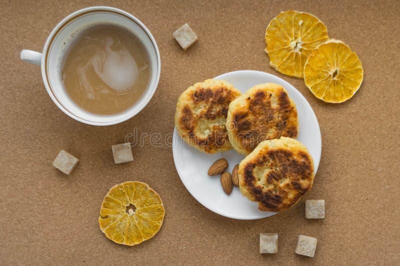 Pasteles de queso con una taza de caf? Endecha plana La visi?n desde la tapa Desayuno fotografía de archivo