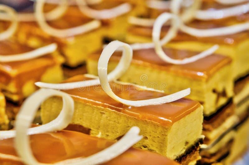 Pasteles de queso deliciosos de la crema de la vainilla del caramelo fotografía de archivo libre de regalías