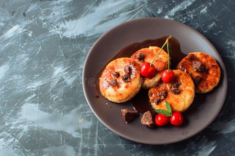 Pasteles de queso ucranianos y rusos tradicionales hechos en casa, visión superior Alimento sano imagen de archivo libre de regalías