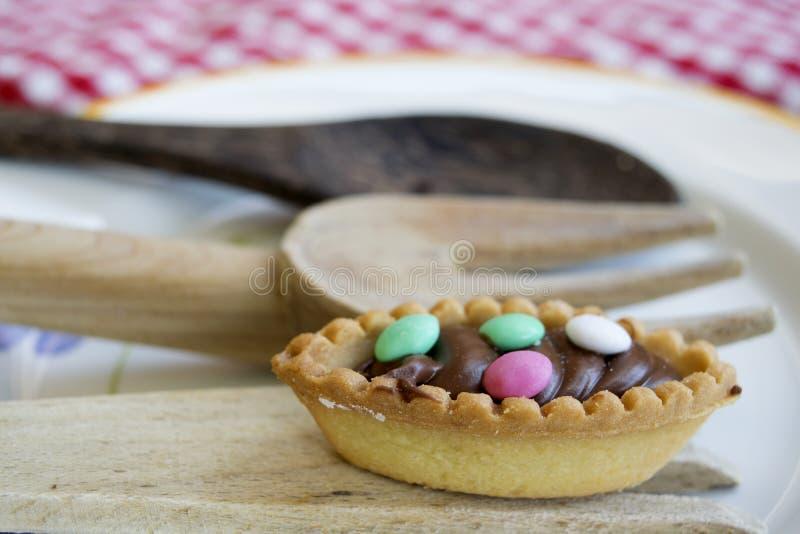 Pasteles del chocolate con las almendras azucaradas coloreadas imagen de archivo