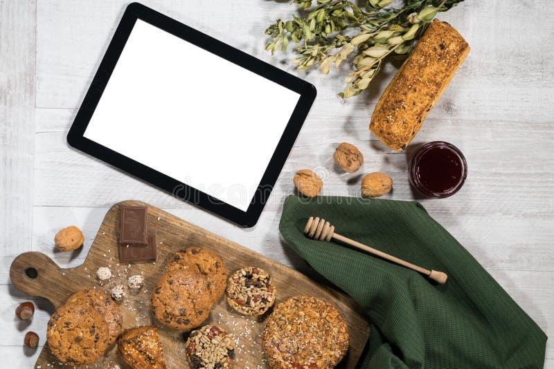 Pasteles dulces hechos en casa frescos con la tableta imágenes de archivo libres de regalías