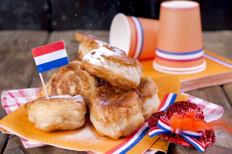 Pasteles dulces holandeses tradicionales Día de banquete del rey decoración Cosas anaranjadas para el día de fiesta netherlands U imagen de archivo