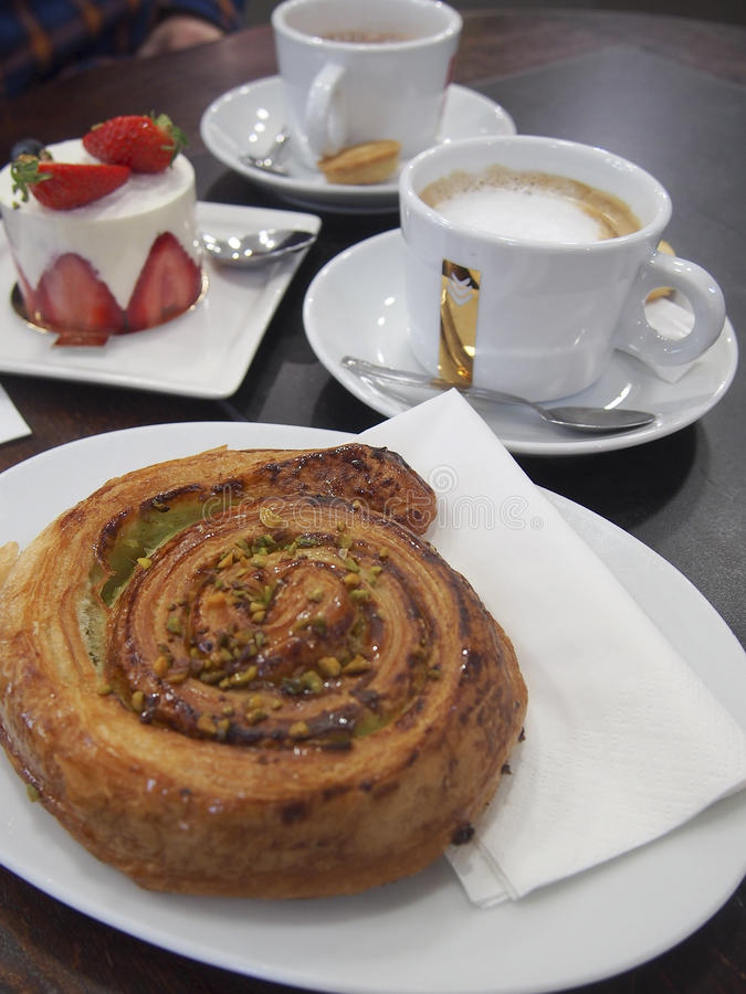 Pasteles franceses del café imagenes de archivo