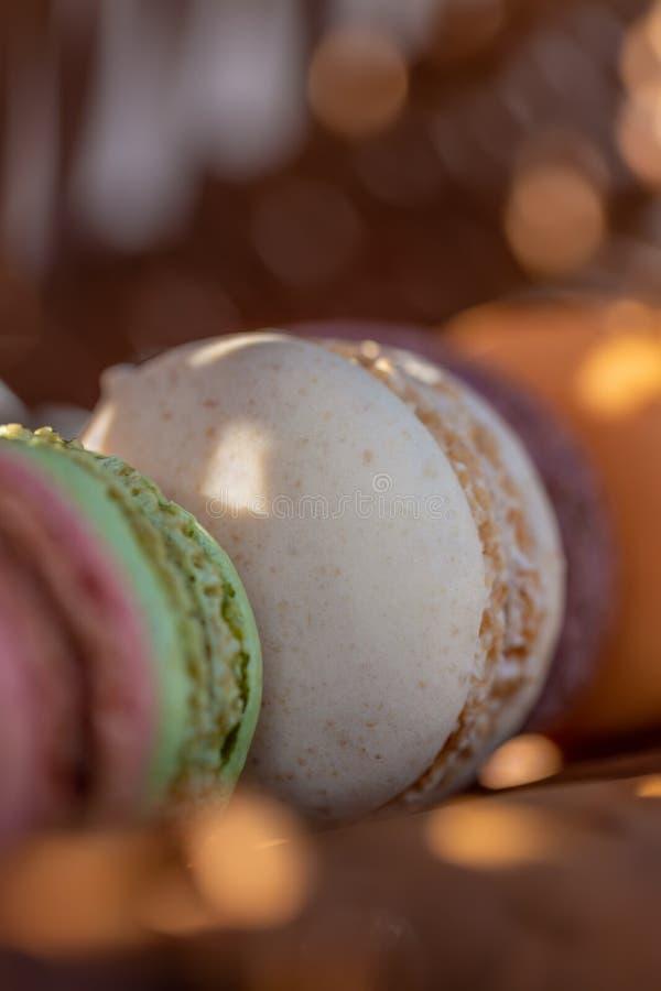 Pasteles franceses en una tabla r?stica Macarons del postre por la tarde del verano en la huerta Luz del sol Fondo enmascarado na fotos de archivo libres de regalías