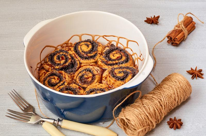 Pasteles húngaros tradicionales para la acción de gracias y la Navidad - rollos de la semilla de amapola con el chocolate que rem imagen de archivo