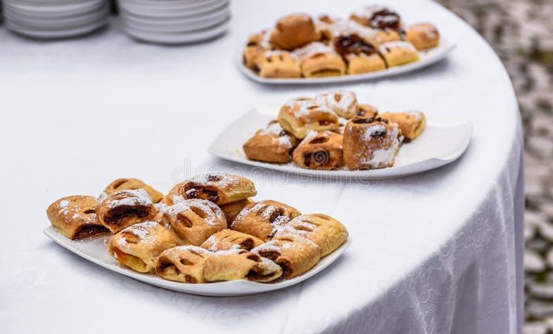 Pasteles sabrosos de los dulces en la comida fría del abastecimiento del evento del negocio imagenes de archivo