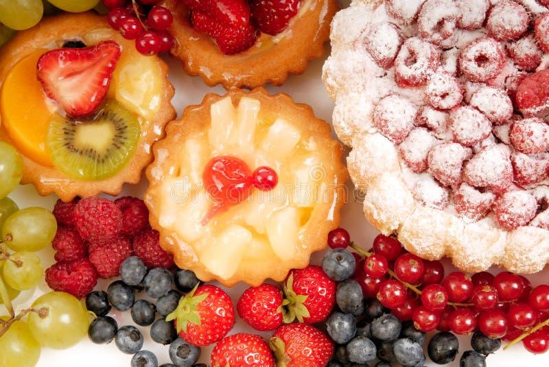 Pasteles y fruta foto de archivo