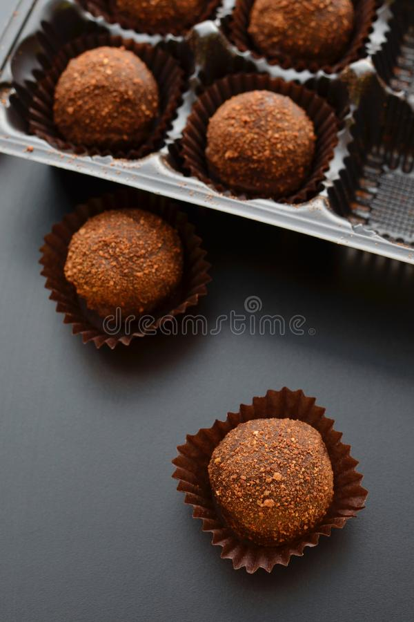Pastelitos del chocolate sobre fondo negro Visión superior fotos de archivo