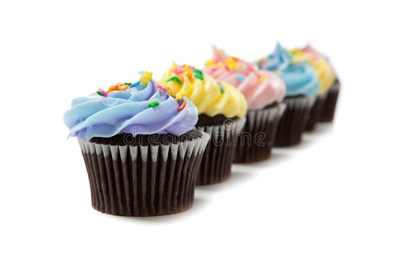 Pastelkleur cupcakes op een witte achtergrond stock foto's