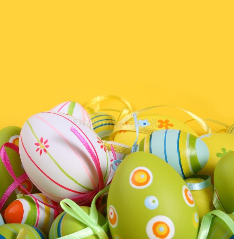 Pastelkleur en gekleurde Paaseieren stock afbeelding