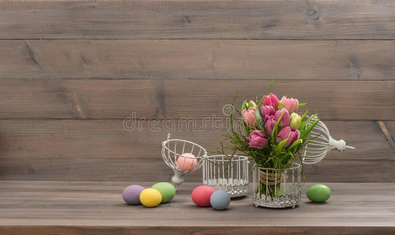 Pastelkleur gekleurde tulpenbloemen en paaseieren royalty-vrije stock foto's