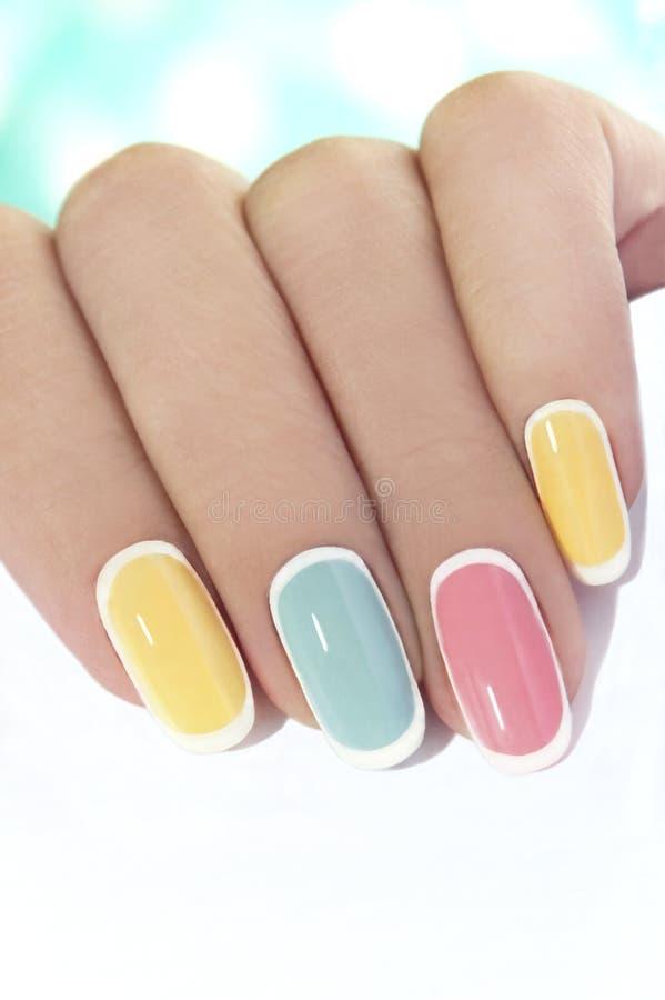 Pastelkleur tedere manicure stock foto
