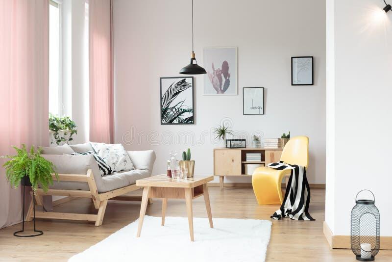 Pastelkleurgordijnen in woonkamer stock afbeeldingen