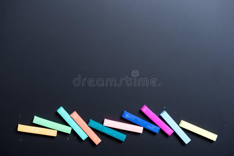 Pastelkleurkrijt op zwarte raad royalty-vrije stock foto's