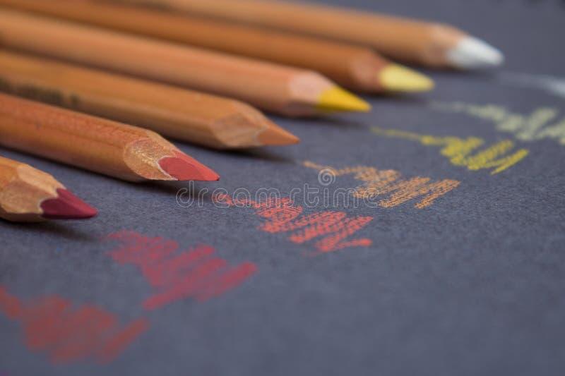 Pastelkleurpotloden die gekrabbel maken stock afbeelding