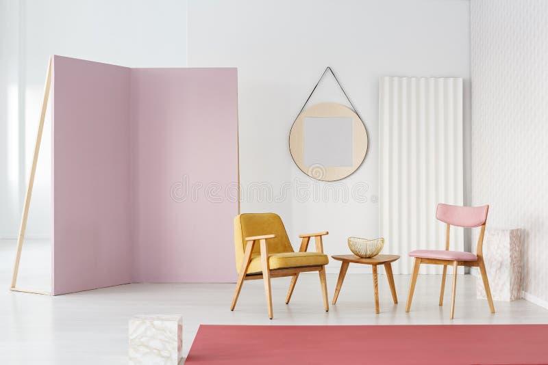 Pastelkleurzetels en koffietafel in een binnenland van de fotostudio met La royalty-vrije stock foto