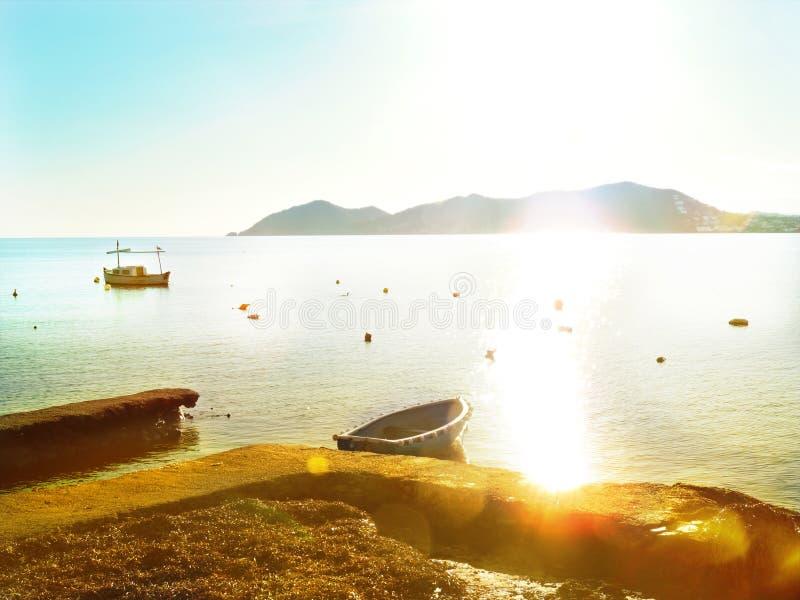 Pastell上色了显示渔夫小船的图象 免版税库存照片