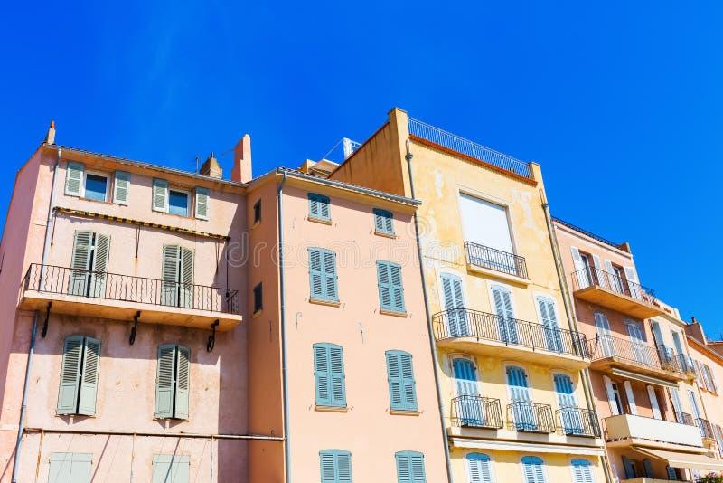 Pastell-färgade hus i Saint Tropez arkivfoton
