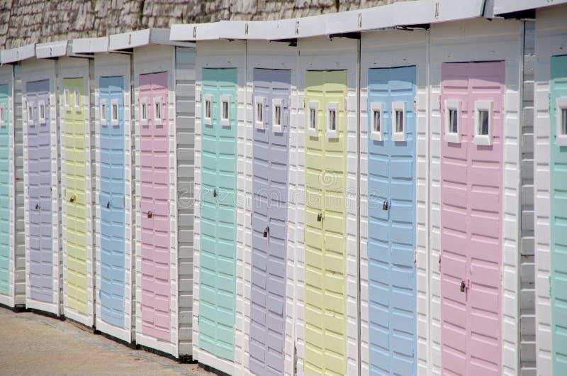 Pastell färgade strandkojor arkivbilder