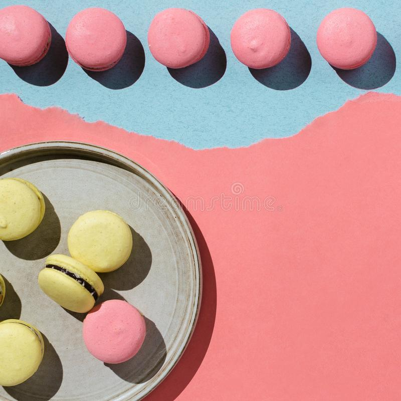 Pastell flatlay von den gelben und rosa Makronen des strengen Vegetariers lizenzfreie stockbilder