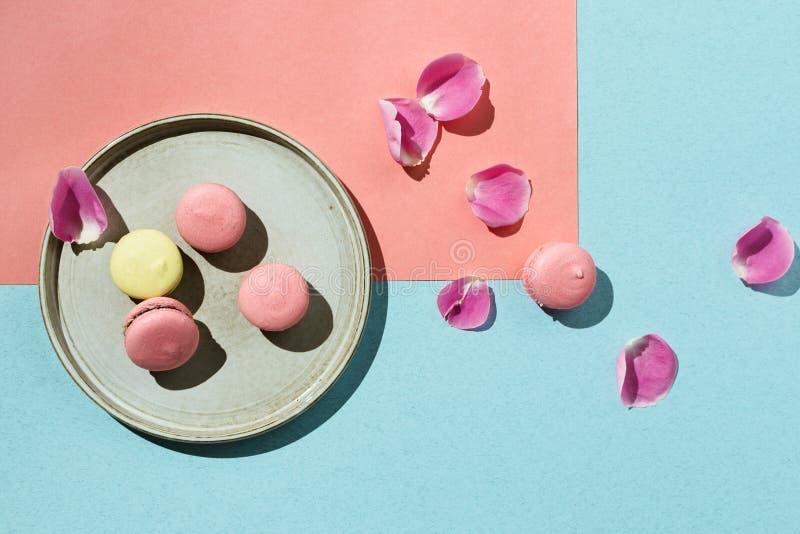 Pastell flatlay von den gelben und rosa Makronen des strengen Vegetariers lizenzfreies stockbild