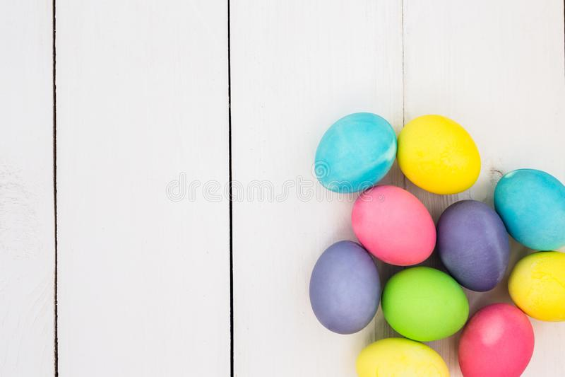 Pastell-Ostereier auf rustikalem whote Holztisch stockfoto