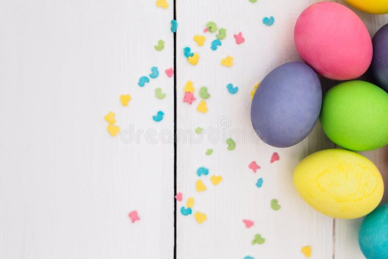 Pastell-Ostereier auf rustikalem whote Holztisch lizenzfreies stockbild