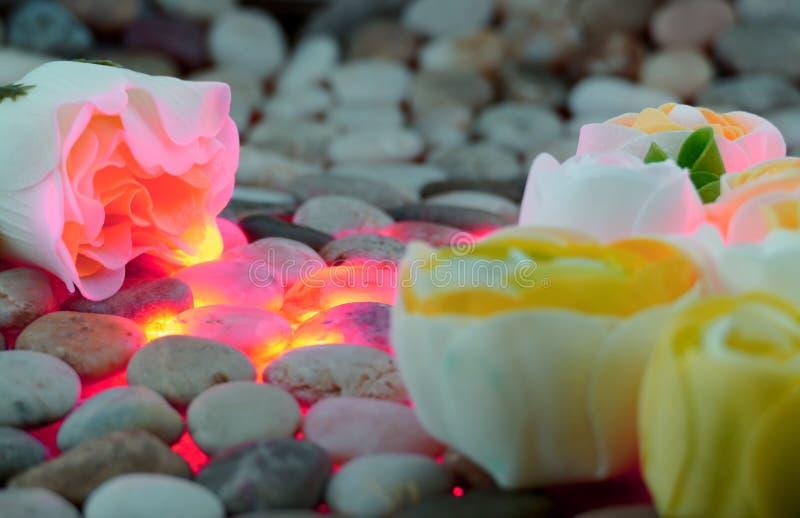 Pastell poserar på kiselstenar arkivfoton