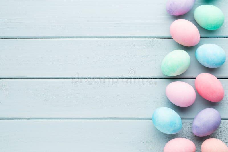 Pastellfärgad bakgrund för påskägg Greating kort för vår