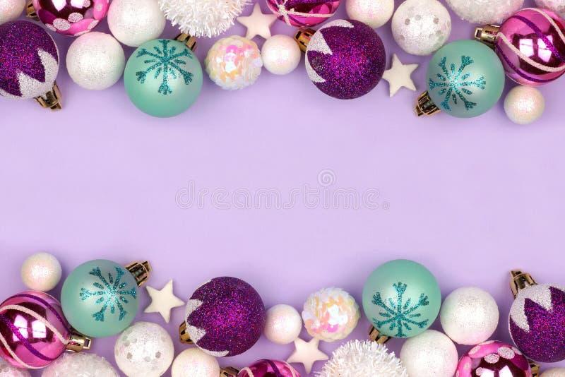 Pastellfärgad gräns för julstruntsakdubblett över lilor royaltyfria foton