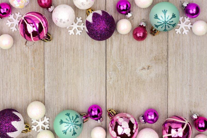 Pastellfärgad gräns för julstruntsakdubblett på lantligt vitt trä arkivfoto