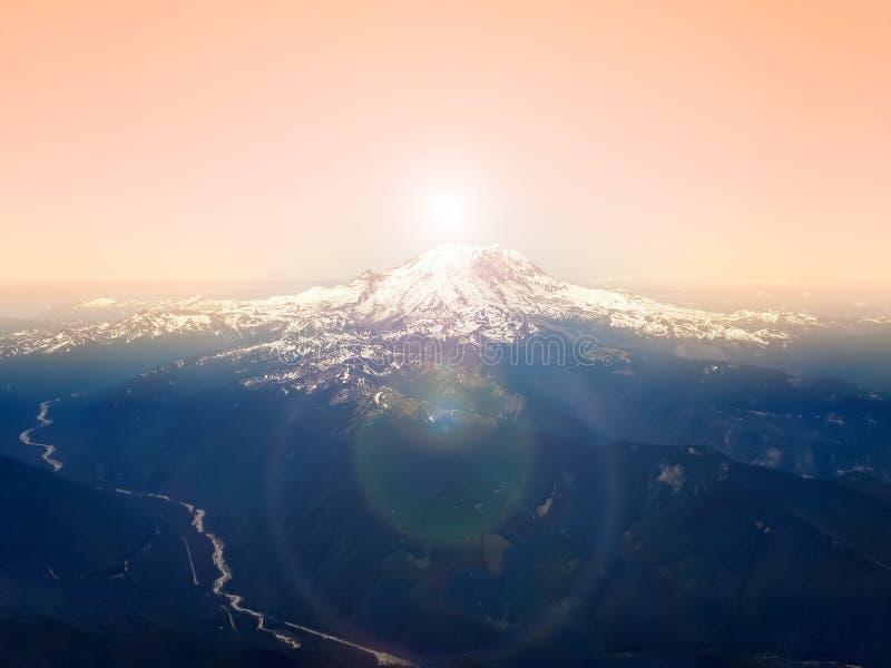 Pastellfärgad himmel ovanför bergmaximumet - flyg- över huvudet sikt royaltyfri bild
