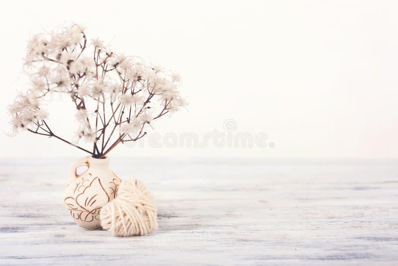 Pastellfärgad ljus minsta bakgrund för valentindag Vit hjärta och delikata Fuffy blommor i vas Gifta sig som är elegant, förälske royaltyfri foto
