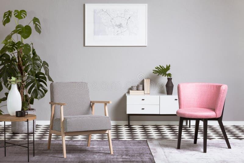 Pastellfärgad rosa stol i beige vardagsruminre royaltyfri illustrationer