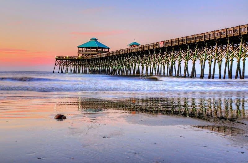 Pastellfärgad soluppgång på galenskapstranden Pier In Charleston South Carolina royaltyfri foto