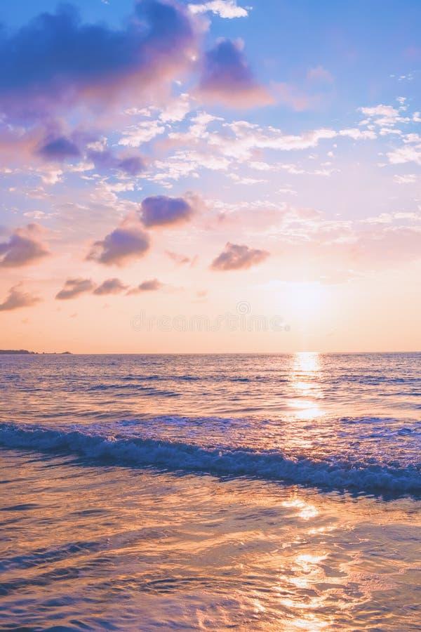 Pastellfärgad tropisk strandsolnedgång arkivfoto