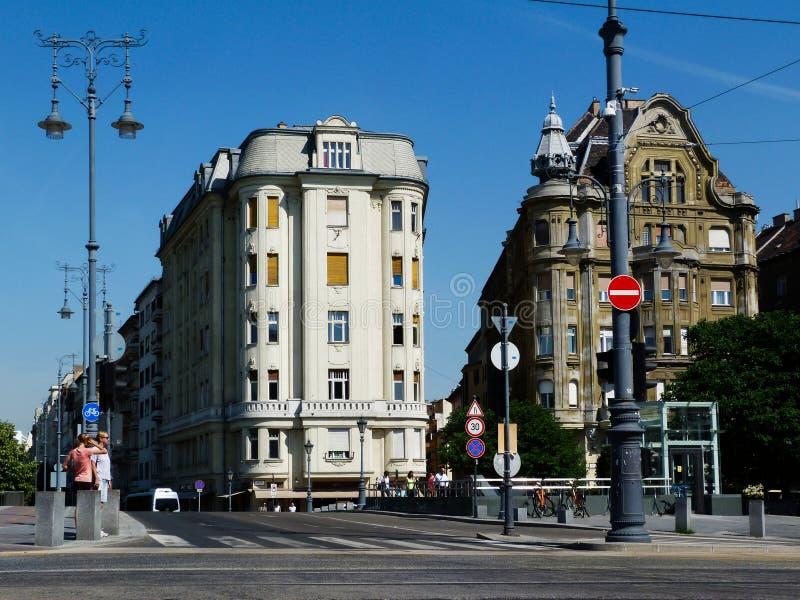 Pastellfarbe erneuerte Wohngebäude in Budapest stockfotografie