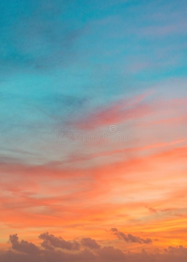 Pastellfarbozeansonnenuntergang-, warmer und Cyan-blauerwolkenhimmel stockfotografie