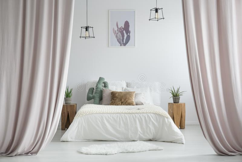 Pastellgardiner i lantligt sovrum arkivfoton