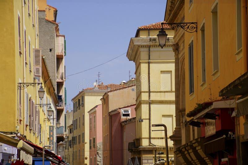 Pastellgebäude auf schmaler Straße von Ajaccio stockbild
