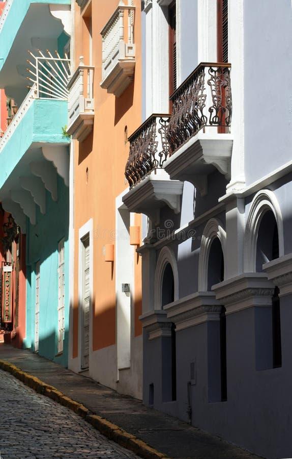 Pastellgebäude entlang einer Kopfsteinstraße in altem San Juan stockbilder