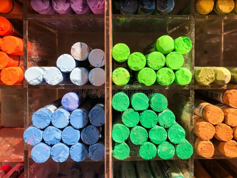 Pastelli di cera molti colori - penne multicolori in scaffale fotografie stock libere da diritti