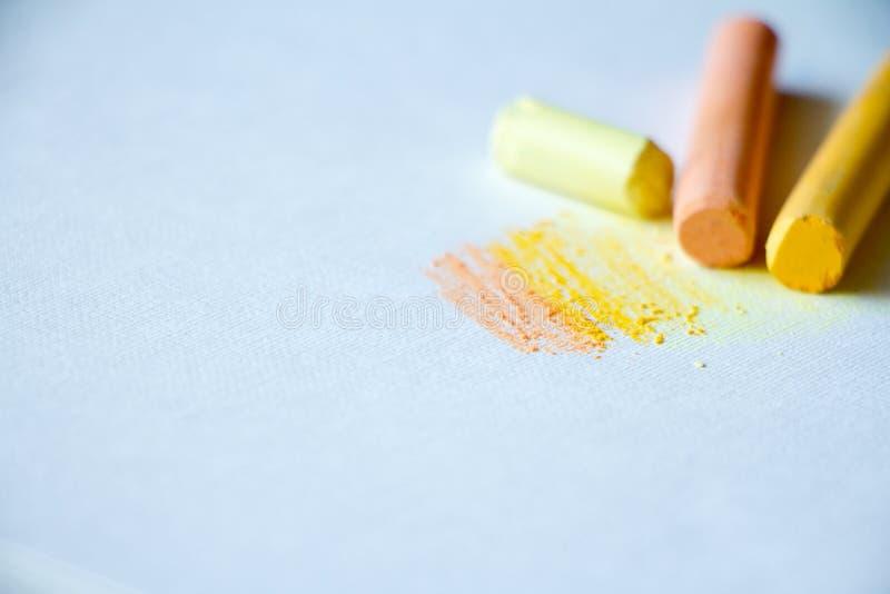 Pastelli variopinti su un fondo bianco, arti, istruzione del gesso, creativa, di nuovo a scuola immagine stock