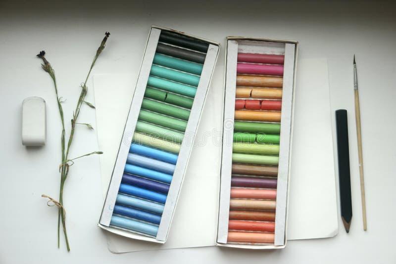 Pastello, spazzola, gomma e matita sulla carta fotografia stock