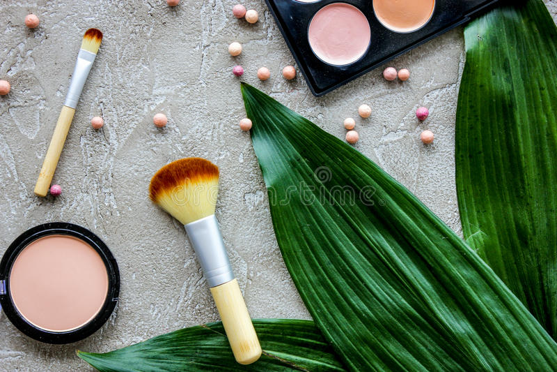 Pastelluppsättning av dekorativa skönhetsmedel med borstar på modell för bästa sikt för bakgrund för stenkvinnaskrivbord arkivfoton