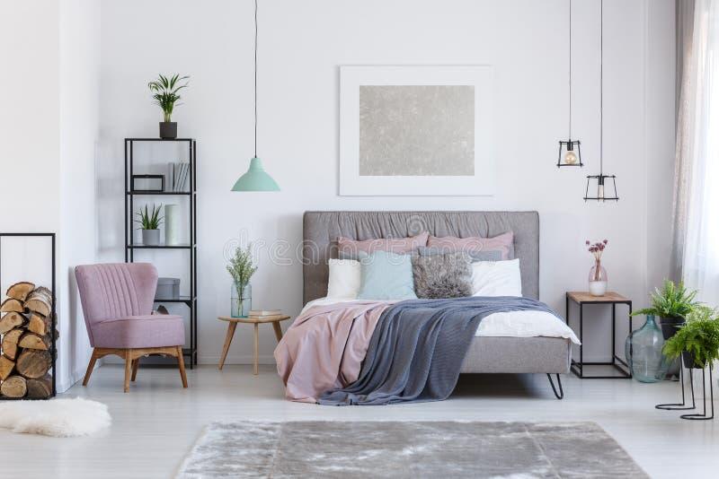 Pastelowa sypialnia z wygodnym krzesłem obrazy royalty free
