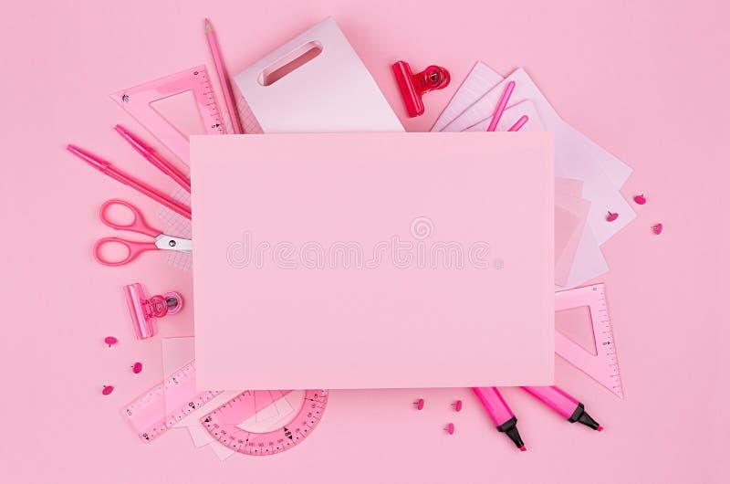 Pastelowe menchie barwią biurowego pustego papier i materiały ustawiających na różowym tle, pojęcie sztuka dla reklamować, biznes fotografia royalty free